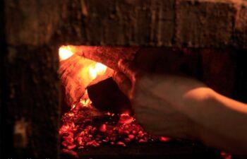 薪で火をたく